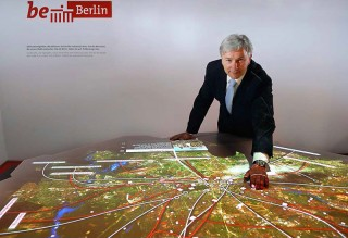 On 26 January the Governing Mayor, Klaus Wowereit, inaugurated the table in the foyer of the Berlin town hall.